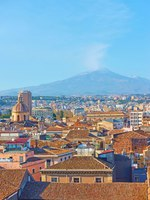 Италия. Сицилия. Катания. The old town of Catania and Mount Etna volcano, Sicily, Italy. Фото Zoooom - Depositphotos