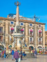 Италия. Сицилия. Катания. People in Piazza del Duomo near Fontana dell Elefante in Catania. Фото Zoooom - Depositphotos