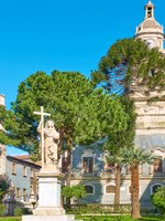 Италия. Сицилия. Катания. Small garden near Saint Agatha Cathedral of Catania, Sicily, Italy. Фото Zoooom - Depositphotos