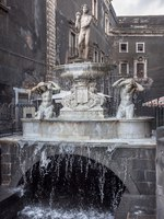 Италия. Сицилия. Катания. Amenano Fountain on Piazza del Duomo in Catania, Sicily, Italy. Фото Bareta - Depositphotos