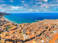 Клуб путешествий Павла Аксенова. Италия. Сицилия. Панорама Чефалу. Aerial view of Cefalu and cathedral in Sicily, Italy. Фото bloodua - Depositphotos