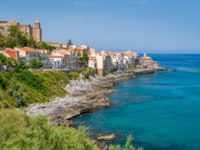 Клуб путешествий Павла Аксенова. Италия. Сицилия. Панорама Чефалу. The picturesque Cefalu waterfront. Sicily, southern Italy.Фото e55evu - Depositphotos