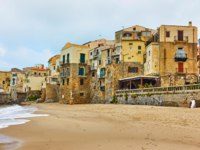 Клуб путешествий Павла Аксенова. Италия. Сицилия. Панорама Чефалу. Old houses on the beach in Cefalu, Sicily, Italy. Фото Zoooom - Depositphotos