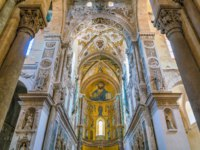 Италия. Сицилия. Кафедральный собор Чефалу. Indoor view in the amazing Cefalu Cathedral. Sicily, southern Italy. Фото e55evu - Depositphotos