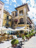 Италия. Сицилия. Чефалу. Street of the old town with bar restaurant and people around of the historic village of Cefalu in Sicily, Italy. Фото J2R - Depositphotos