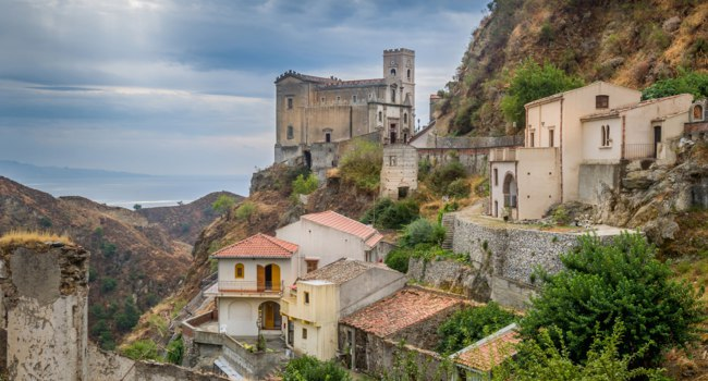 Италия. Сицилия. Форца-д'Агро (Forza d'Agro). Castello Normanno in Forza d'Agro. Sicily, Italy. Фото Steffus - Depositphotos