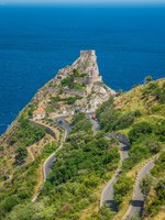 Италия. Сицилия. Форца-д'Агро. Panoramic view from Forza d'Agr, with the Saracen Castle. Province of Messina, Sicily, southern Italy. Фото e55evu - Depositphotos