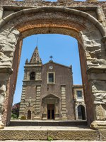 Италия. Сицилия. Форца-д'Агро. View of Convent of St. Agostiniano through a stone arch in Forza d'Agro, Sicily. Фото RubinowaDama - Depositphotos
