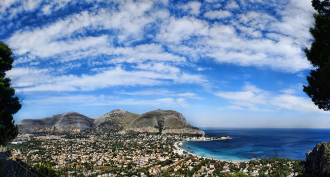Клуб путешествий Павла Аксенова. Италия. О. Сицилия. Панорама Монделло. Panoramic view of the mondello's gulf. Addaura, Palermo-Sicily. Фото YAYImages-Dep