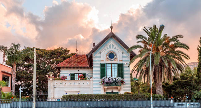 Италия. О. Сицилия. Монделло. Art Nouveau or Liberty Stile villa building from the early 20th century at sunset in Mondello near Palermo, Sicily in Italy. Фото Andreas-D