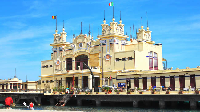 Сицилия. Монделло. Art Nouveau Style building Stabilimento Balneare Charleston from the early 20th century at the Beach of Mondello in the near of Palermo in Sicily