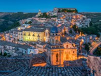 Италия. Сицилия. Рагуза. Ragusa Ibla in the evening, Sicily (Sicilia), southern Italy. Фото e55evu - Depositphotos