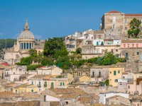 Италия. Сицилия. Рагуза. Panoramic view of Ragusa Ibla with the dome of the San Giorgio Duomo. Sicily (Sicilia), southern Italy. Фото e55evu - Depositphotos