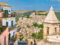 Италия. Сицилия. Рагуза. Panoramic view of Ragusa Ibla with the Church of Santa Maria alle Scale baroque town in Sicily (Sicilia), southern Italy. Фото e55evu-Deposit