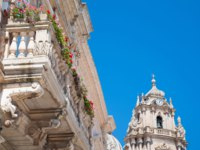 Италия. Сицилия. Рагуза. The balustrade of the baroque Arezzo Palace and the top of Saint George church, Ragusa Ibla, Eastsicily. Фото siculodoc-Deposit