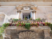 Италия. Сицилия. Рагуза. Balustrade of a baroque Palace in one of the conrners of Ragusa Ibla, Eastsicily. Фото siculodoc - Depositphotos