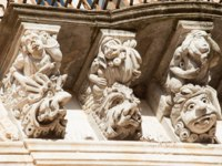 Италия. Сицилия. Рагуза. View of some typical baroque mascarons under the balconies of Cosentini Palace in Ragusa Ibla, Sicily. Фото siculodoc - Depositphotos