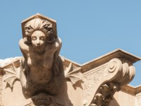 Италия. Сицилия. Рагуза. Ornamental sculpture of a mermaid on the roof of a Baroque palace in Lentini, Sicily. Фото siculodoc - Depositphotos