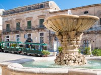 Италия. Сицилия. Рагуза. The baroque fountain of Ragusa Ibla, Eastsicily. Фото siculodoc - Depositphotos