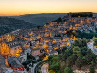 Италия. Сицилия. Рагуза. The beautiful old part of Ragusa in Sicily, Italy, before sunrise. Фото elxeneize - Depositphotos