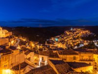 Италия. Сицилия. Рагуза. View of the old town of Ragusa Ibla at night, Sicily, Italy. Фото javarman - Depositphotos