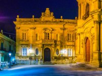 Италия. Сицилия. Рагуза. Night view of the town hall in Ragusa, Sicily, Italy. Фото Dudlajzov - Depositphotos