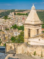 Panoramic view of Ragusa Ibla with the Church of Santa Maria alle Scale baroque town in Sicily (Sicilia), southern Italy. Фото e55evu - Depositphotos