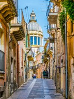 Италия. Сицилия. Рагуза. View of via capitano bocchieri leding to the cathedral of san giorgio in Ragusa, Sicily, Italy. Фото Dudlajzov - Depositphotos
