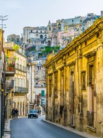 Италия. Сицилия. Рагуза. View of a narrow street in Ragusa, Sicily, Italy. Фото Dudlajzov - Depositphotos