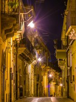 Италия. Сицилия. Рагуза. Night view of a narrow street in Ragusa, Sicily, Italy. Фото Dudlajzov - Depositphotos