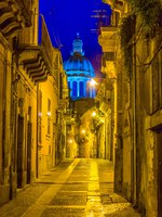 Италия. Сицилия. Рагуза. Night view of via capitano bocchieri leding to the cathedral of san giorgio in Ragusa, Sicily, Italy. Фото Dudlajzov - Depositphotos