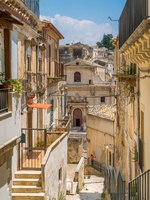 Италия. Сицилия. Рагуза. Scenic sight in Ragusa Ibla with the Holy Souls in Purgatory Church. Sicily, southern Italy. Фото e55evu - Depositphotos