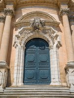 Италия. Сицилия. Рагуза. Main entrance to the Duomo of Saint George in Rgusa Ibla, Sicily, southern Italy. Фото e55evu - Depositphotos
