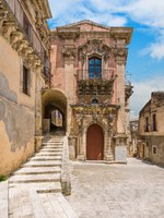 Италия. Сицилия. Рагуза. The baroque facade of the Palazzo della Cancelleria in Ragusa Ibla. Sicily, southern Italy. Фото e55evu - Depositphotos