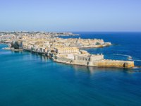 Клуб путешествий Павла Аксенова. Италия. Сицилия. Панорама Сиракуз. Coastline town Syracuse Sicily and old Ortigia island. Фото micheleponzio-Deposit