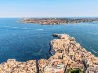 Клуб Павла Аксенова. Италия. Сицилия. Панорама Сиракуз. Aerial view of the coastline town Syracuse Sicily and old Ortigia island. Фото micheleponzio-Deposit