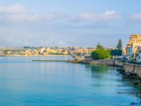 Клуб Павла Аксенова. Италия. Сицилия. Сиракузы. View of the seaside promenade surrounding the old town of Syracuse in Sicily, Italy. Фото Dudlajzov-Deposit
