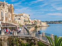 Италия. Сицилия. Сиракузы. Siracusa waterfront in Ortigia with the castle in background, on a sunny summer day. Sicily, southern Italy. Фото e55evu-Deposit