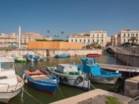Клуб путешествий Павла Аксенова. Италия. Сицилия. Сиракузы. Fishing boats in the city of Syracuse, Sicily. Фото Alesinya - Depositphotos