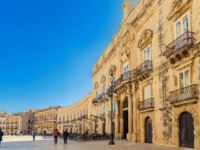 Италия. Сицилия. Сиракузы. Main square Piazza del Duomo in Ortigia, old town of Syracuse, Italy. Фото Anita_Bonita - Depositphotos