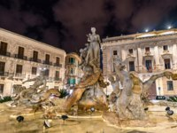 Италия. Сицилия. Сиракузы. Fountain of Diana in Syracuse - Sicily, Italy. Фото Leonid_Andronov - Depositphotos