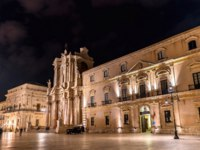 Италия. Сицилия. Сиракузы. Archbishops Palace and Syracuse Cathedral in Syracuse at night - Sicily, Italy. Фото Leonid_Andronov - Depositphotos