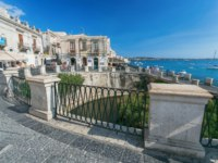 Италия. Сицилия. Сиракузы. Arethuse Fountain and architecture in Old Town of Siracusa, Sicily. Фото pitrs10 - Depositphotos