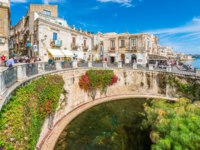 Италия. Сицилия. Сиракузы. The Fountain of Arethusa and Siracusa (Syracuse) in a sunny summer day. Sicily, Italy. Фото e55evu - Depositphotos