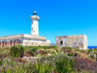 Италия. Сицилия. Сиракузы. Summer Capo Murro di Porco old abandoned lighthouse - Syracuse, Sicily, Italy, Mediterranean sea. Фото wildman - Depositphotos