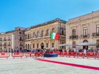 Италия. Сицилия. Сиракузы. The cathedral square for the anniversary of the Carabinieri. Syracuse Sicily. Фото micheleponzio - Depositphotos