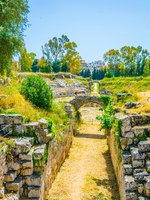 Италия. Сицилия. Сиракузы. Ruins of the Roman Amphitheater in Syracuse, Sicily, Italy. Фото Dudlajzov - Depositphotos