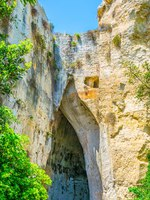 Италия. Сицилия. Сиракузы. Orecchio di Dionisio cave in the Neapolis Archaeological Park in Syracuse, Sicily, Italy. Фото Dudlajzov - Depositphotos