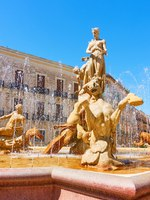 Италия. Сицилия. Сиракузы. Fountain of Diana in Syracuse. Фото Zoooom - Depositphotos