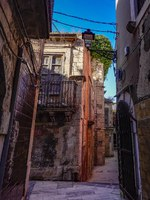 Италия. Сицилия. Сиракузы. Syracuse, Sicily, Italy A back alley in the old town on the island of Ortegia, or Ortygia. Фото Alexander2323 - Depositphotos